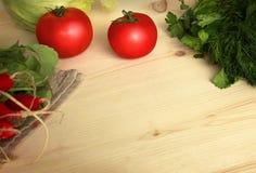 Verduras en la tabla de madera Foto de archivo libre de regalías