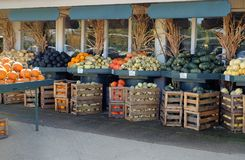Verduras en un mercado fresco fotos de archivo