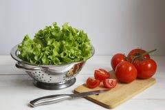 Verduras en una lechuga y tomates del cuenco Imágenes de archivo libres de regalías