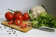 Verduras en una lechuga y tomates del cuenco Imagen de archivo libre de regalías