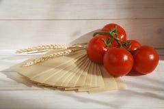 Verduras en una lechuga y tomates del cuenco Fotografía de archivo libre de regalías
