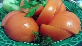 Verduras en una placa verde fotografía de archivo