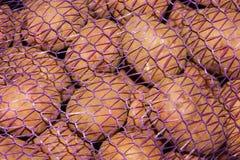 verduras en una rejilla, bolsos de las patatas de la malla de patatas en un camión, Imagen de archivo libre de regalías