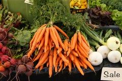 Verduras escogidas frescas para la venta en el mercado de un granjero Fotografía de archivo libre de regalías