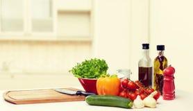 Verduras, especias y artículos de cocina en la tabla Foto de archivo libre de regalías