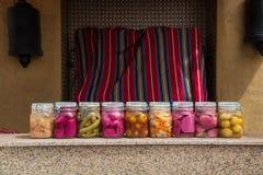 Verduras estañadas en el kitchen& x27; tabla de s fotografía de archivo