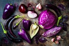 Verduras estacionales púrpuras crudas sobre fondo rústico Visión superior, endecha plana fotos de archivo libres de regalías