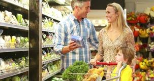 Verduras felices de las compras de la familia almacen de video