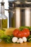 Verduras frescas, aceite de oliva y crisol imagenes de archivo