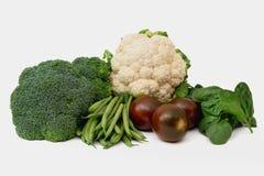 Verduras frescas aisladas en blanco Coliflor, bróculi, judías, tomates, y cierre de la espinaca para arriba fotos de archivo
