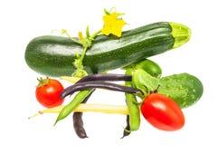 Verduras frescas aisladas en el fondo blanco tomates, cucumbe Foto de archivo libre de regalías