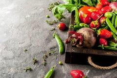 Verduras frescas, bayas, verdes y frutas en bandeja Fotografía de archivo