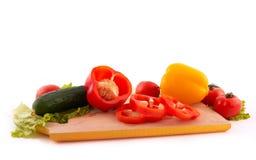 Verduras frescas a bordo en el fondo blanco Fotografía de archivo libre de regalías
