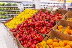 Verduras frescas brillantes en el contador en el supermercado fotos de archivo