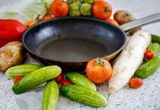 Verduras frescas cerca de la cacerola Foto de archivo libre de regalías