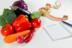 Verduras frescas, cinta métrica y plan de la dieta Imagen de archivo