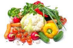 Verduras frescas clasificadas y verdes en un fondo blanco Imágenes de archivo libres de regalías