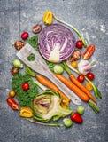 Verduras frescas con cocinar la cuchara que compone en el fondo rústico, visión superior Fotos de archivo