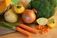 Verduras frescas con el cuchillo foto de archivo