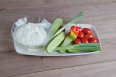 Verduras frescas con queso cremoso del cattage Imagenes de archivo