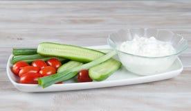 Verduras frescas con queso cremoso del cfttage Imágenes de archivo libres de regalías