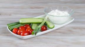 Verduras frescas con queso cremoso del cfttage Imagenes de archivo