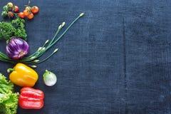 Verduras frescas de la granja en un fondo oscuro Imagenes de archivo