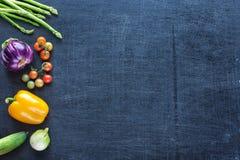 Verduras frescas de la granja en un fondo oscuro Foto de archivo libre de regalías