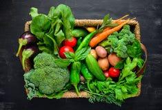 Verduras frescas de la granja en una cesta imagenes de archivo