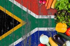 Verduras frescas de Sur?frica en la tabla Cocinar concepto en fondo de madera de la bandera fotos de archivo libres de regalías