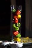 Verduras frescas de tres pimientas rojas, amarillas, verdes dulces en tarro Foto de archivo