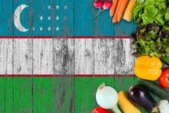 Verduras frescas de Uzbekist?n en la tabla Cocinar concepto en fondo de madera de la bandera foto de archivo