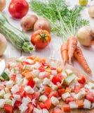 Verduras frescas del corte en la tajadera Imagen de archivo