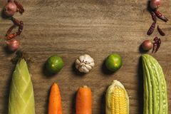Verduras frescas e hierba que aparecen en de madera Foto de archivo