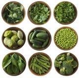 Verduras frescas e hierbas verdes aisladas en un fondo blanco Fotos de archivo