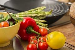 Verduras frescas e ingredientes en una cocina Fotos de archivo