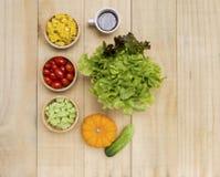 Verduras frescas en arco de madera Fotografía de archivo libre de regalías