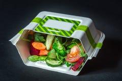 Verduras frescas en caja del Libro Blanco en un fondo negro Fotografía de archivo