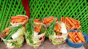 Verduras frescas en cesta Foto de archivo libre de regalías