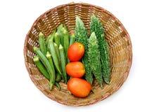 Verduras frescas en cesta cultural india Fotos de archivo libres de regalías