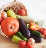 Verduras frescas en cesta de mimbre Imagen de archivo