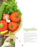 Verduras frescas en cesta de mimbre fotografía de archivo libre de regalías