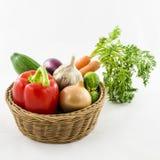 Verduras frescas en cesta de mimbre Foto de archivo libre de regalías