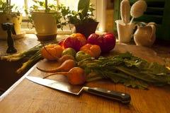 Verduras frescas en cocina Imagenes de archivo