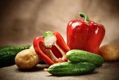 Verduras frescas en el fondo de despido imagen de archivo