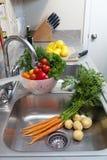 Verduras frescas en el fregadero Fotos de archivo libres de regalías