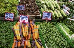 Verduras frescas en la parada del mercado público Fotos de archivo