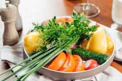 Verduras frescas en la tabla Fotos de archivo