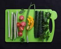 Verduras frescas en la tabla de cortar fotos de archivo