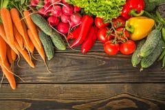 Verduras frescas en la tabla de madera fotografía de archivo